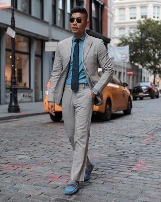 Elegante Outfits Herren 2020: Kombinieren Sie einen grauen Anzug mit einem hellblauen Chambray Businesshemd für eine klassischen und verfeinerte Silhouette. Fühlen Sie sich ideenreich? Wählen Sie blauen Wildleder Mokassins.