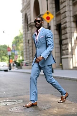 Wie kombinieren: hellblauer Anzug, rosa Businesshemd mit Vichy-Muster, braune Monks aus Leder, rosa Einstecktuch