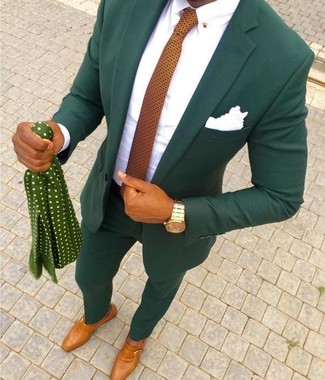 Wie kombinieren: dunkelgrüner Anzug, weißes Businesshemd, rotbraune Monks aus Leder, orange gepunktete Krawatte