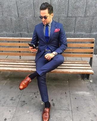 Wie kombinieren: dunkelblauer Anzug, weißes und schwarzes vertikal gestreiftes Businesshemd, rotbraune Monks aus Leder, blaue Strick Krawatte