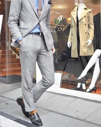 Wie kombinieren: grauer Anzug mit Schottenmuster, hellblaues Businesshemd, schwarze Monks aus Leder, beige Krawatte mit Hahnentritt-Muster