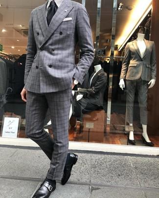Wie kombinieren: grauer Anzug mit Schottenmuster, graues vertikal gestreiftes Businesshemd, schwarze Monks aus Leder, schwarze Krawatte