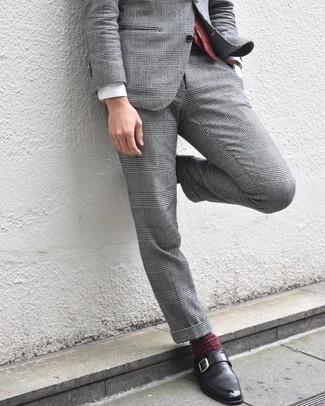 Wie kombinieren: grauer Anzug mit Schottenmuster, weißes Businesshemd, schwarze Monks aus Leder, dunkelrote Krawatte mit Paisley-Muster