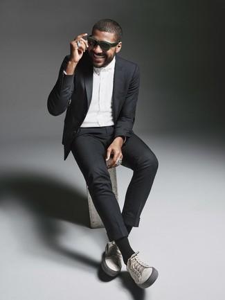 Wie kombinieren: schwarzer Anzug, weißes Businesshemd, graue Leder niedrige Sneakers, dunkelgrüne Sonnenbrille