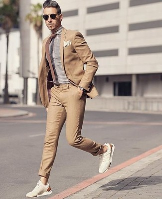 Wie kombinieren: beige Anzug, braunes Businesshemd mit Vichy-Muster, hellbeige Wildleder niedrige Sneakers, braune Krawatte