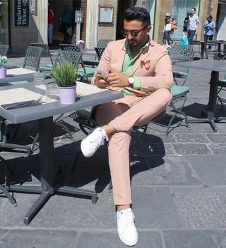 Wie kombinieren: rosa Anzug, mintgrünes Businesshemd, weiße Leder niedrige Sneakers, dunkelbraune Sonnenbrille