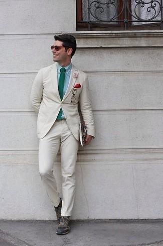 Wie kombinieren: hellbeige Anzug, mintgrünes Businesshemd mit Vichy-Muster, olivgrüne Leder niedrige Sneakers, grüne Krawatte