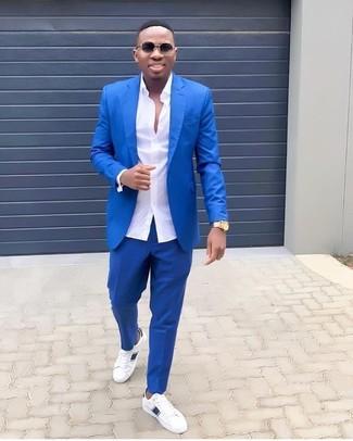 30 Jährige: Weiße Leder niedrige Sneakers kombinieren: elegante Outfits: trends 2020: Entscheiden Sie sich für einen klassischen Stil in einem blauen Anzug und einem weißen Businesshemd. Weiße Leder niedrige Sneakers verleihen einem klassischen Look eine neue Dimension.
