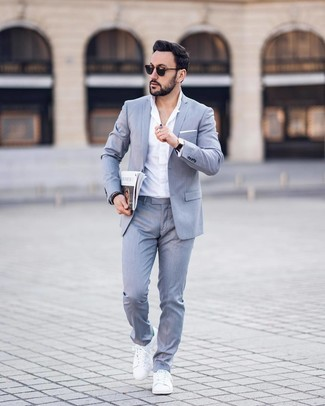 Wie kombinieren: grauer Anzug, weißes Businesshemd, weiße Leder niedrige Sneakers, weißes Einstecktuch