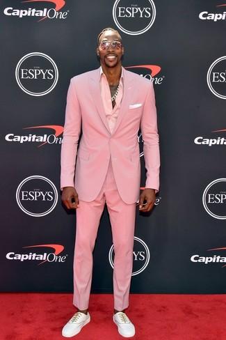 Dwight Howard trägt rosa Anzug, rosa Businesshemd, weiße niedrige Sneakers, weißes Einstecktuch