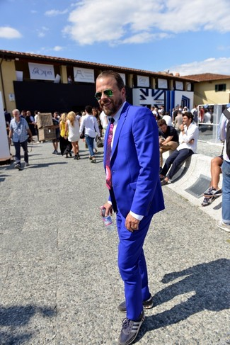 Wie kombinieren: blauer Anzug, weißes Businesshemd, dunkelblaue niedrige Sneakers, lila bedruckte Krawatte