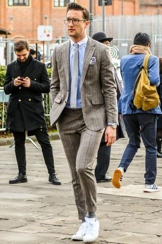 Hellblaues vertikal gestreiftes Businesshemd kombinieren: trends 2020: Kombinieren Sie ein hellblaues vertikal gestreiftes Businesshemd mit einem braunen vertikal gestreiften Wollanzug für einen stilvollen, eleganten Look. Warum kombinieren Sie Ihr Outfit für einen legereren Auftritt nicht mal mit weißen niedrigen Sneakers?