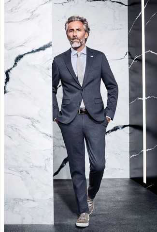 Graue Wildleder niedrige Sneakers kombinieren: trends 2020: Kombinieren Sie einen dunkelgrauen Anzug mit einem weißen Businesshemd für einen stilvollen, eleganten Look. Fühlen Sie sich mutig? Entscheiden Sie sich für grauen Wildleder niedrige Sneakers.