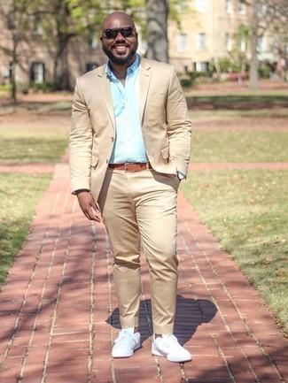 Weiße Leder niedrige Sneakers kombinieren: elegante Outfits: trends 2020: Kombinieren Sie einen beige Anzug mit einem hellblauen Businesshemd für eine klassischen und verfeinerte Silhouette. Fühlen Sie sich ideenreich? Komplettieren Sie Ihr Outfit mit weißen Leder niedrigen Sneakers.