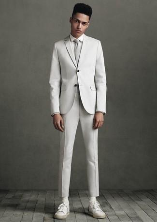 Weiße Leder niedrige Sneakers kombinieren: elegante Outfits: trends 2020: Paaren Sie einen weißen Anzug mit einem weißen Businesshemd, um vor Klasse und Perfektion zu strotzen. Fühlen Sie sich ideenreich? Vervollständigen Sie Ihr Outfit mit weißen Leder niedrigen Sneakers.