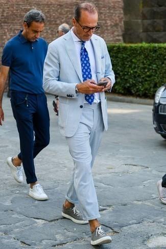Hellblauen vertikal gestreiften Anzug kombinieren – 11 Herren Outfits: Kombinieren Sie einen hellblauen vertikal gestreiften Anzug mit einem weißen Businesshemd, um vor Klasse und Perfektion zu strotzen. Wählen Sie die legere Option mit grauen Segeltuch niedrigen Sneakers.