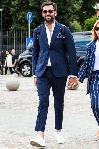 Weiße Leder niedrige Sneakers kombinieren: elegante Outfits: trends 2020: Etwas Einfaches wie die Wahl von einem dunkelblauen Anzug und einem weißen Businesshemd kann Sie von der Menge abheben. Suchen Sie nach leichtem Schuhwerk? Komplettieren Sie Ihr Outfit mit weißen Leder niedrigen Sneakers für den Tag.