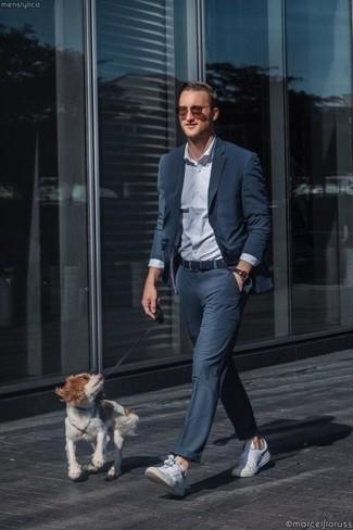 Weiße Leder niedrige Sneakers kombinieren: elegante Outfits: trends 2020: Kombinieren Sie einen dunkelblauen Anzug mit einem hellblauen Businesshemd, um vor Klasse und Perfektion zu strotzen. Fühlen Sie sich ideenreich? Vervollständigen Sie Ihr Outfit mit weißen Leder niedrigen Sneakers.