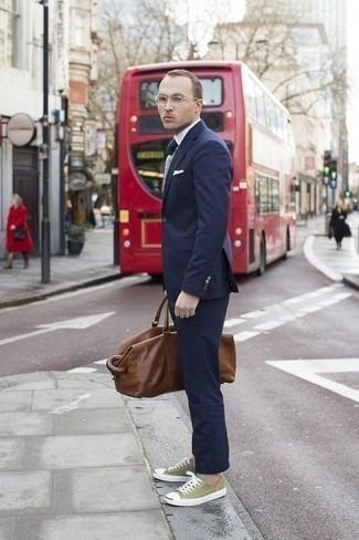 Dunkelgrüne Krawatte kombinieren: trends 2020: Kombinieren Sie einen dunkelblauen Anzug mit einer dunkelgrünen Krawatte für einen stilvollen, eleganten Look. Olivgrüne Segeltuch niedrige Sneakers liefern einen wunderschönen Kontrast zu dem Rest des Looks.
