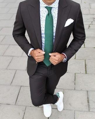 Dunkelgrüne Krawatte kombinieren: trends 2020: Entscheiden Sie sich für einen dunkelgrauen Anzug und eine dunkelgrüne Krawatte für eine klassischen und verfeinerte Silhouette. Weiße und grüne Segeltuch niedrige Sneakers liefern einen wunderschönen Kontrast zu dem Rest des Looks.