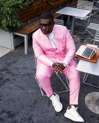 Weiße Leder niedrige Sneakers kombinieren – 1200+ Herren Outfits: Tragen Sie einen rosa Anzug und ein weißes Businesshemd für einen stilvollen, eleganten Look. Suchen Sie nach leichtem Schuhwerk? Vervollständigen Sie Ihr Outfit mit weißen Leder niedrigen Sneakers für den Tag.