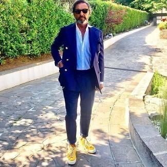 Senf Segeltuch niedrige Sneakers kombinieren – 48 Herren Outfits: Kombinieren Sie einen dunkelblauen Anzug mit einem hellblauen Businesshemd für einen stilvollen, eleganten Look. Suchen Sie nach leichtem Schuhwerk? Vervollständigen Sie Ihr Outfit mit senf Segeltuch niedrigen Sneakers für den Tag.
