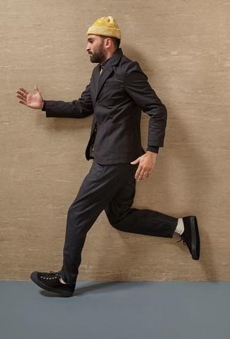 Krawatte kombinieren – 1200+ Herren Outfits: Kombinieren Sie einen schwarzen Anzug mit einer Krawatte, um vor Klasse und Perfektion zu strotzen. Fühlen Sie sich ideenreich? Komplettieren Sie Ihr Outfit mit schwarzen Segeltuch niedrigen Sneakers.
