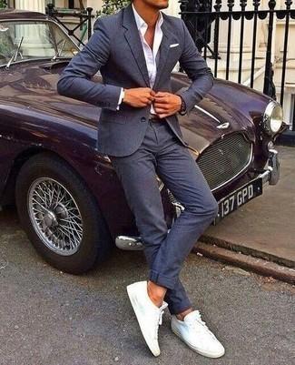 Dunkelblauen Anzug kombinieren – 500+ Herren Outfits: Vereinigen Sie einen dunkelblauen Anzug mit einem weißen Businesshemd für einen stilvollen, eleganten Look. Wenn Sie nicht durch und durch formal auftreten möchten, wählen Sie weißen Segeltuch niedrige Sneakers.