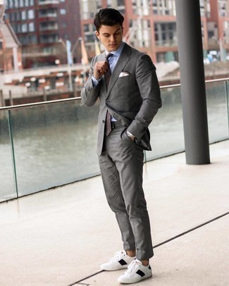 Turnschuhe kombinieren – 500+ Herren Outfits: Kombinieren Sie einen grauen Anzug mit einem hellblauen Businesshemd mit Karomuster für eine klassischen und verfeinerte Silhouette. Machen Sie diese Aufmachung leger mit Turnschuhen.