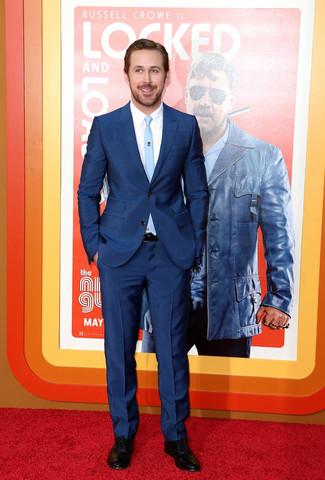 Ryan Gosling trägt Dunkelblauer Anzug, Weißes Businesshemd, Schwarze Leder Oxford Schuhe, Hellblaue Krawatte