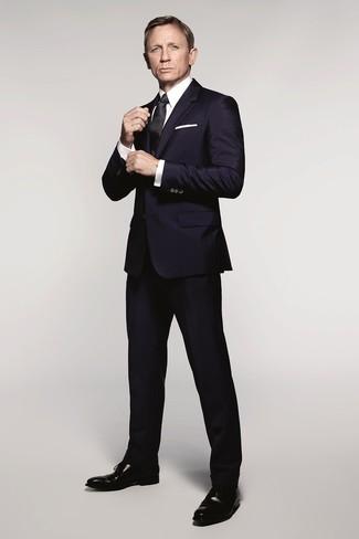 Daniel Craig trägt Dunkelblauer Anzug, Weißes Businesshemd, Schwarze Leder Oxford Schuhe, Schwarze Seidekrawatte
