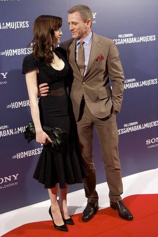 Daniel Craig trägt Brauner Anzug, Hellviolettes Businesshemd, Dunkelbraune Leder Oxford Schuhe, Braune Krawatte