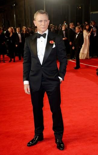 Daniel Craig trägt Schwarzer Anzug, Weißes Businesshemd, Schwarze Leder Oxford Schuhe, Schwarze Fliege