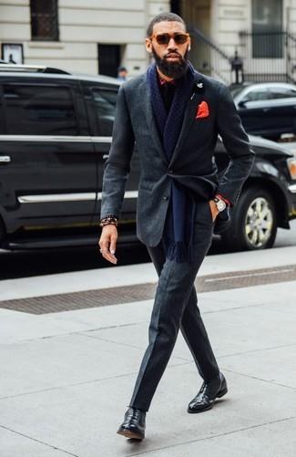 Wie kombinieren: dunkelgrauer Wollanzug, rotes Businesshemd mit Schottenmuster, schwarze Leder Oxford Schuhe, schwarze Krawatte
