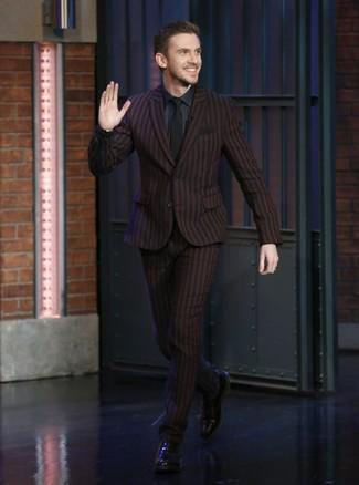 Wie kombinieren: dunkelroter vertikal gestreifter Anzug, dunkelblaues Businesshemd, schwarze Leder Oxford Schuhe, schwarze Krawatte