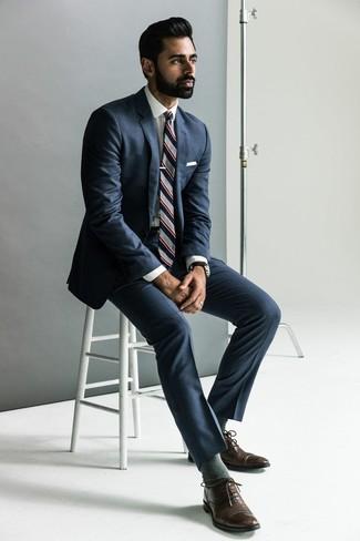 Wie kombinieren: dunkelblauer Anzug, weißes Businesshemd, dunkelbraune Leder Oxford Schuhe, graue vertikal gestreifte Krawatte