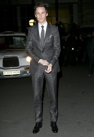 Eddie Redmayne trägt Dunkelgrauer Anzug, Weißes Businesshemd, Schwarze Leder Oxford Schuhe, Graue Strick Krawatte