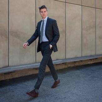 Wie kombinieren: dunkelgrauer Anzug, hellblaues Businesshemd, dunkelbraune Wildleder Oxford Schuhe, graue Krawatte