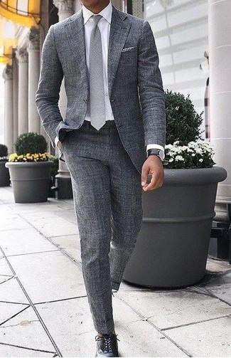 Wie kombinieren: grauer Wollanzug, weißes Businesshemd, schwarze Leder Oxford Schuhe, graue Krawatte