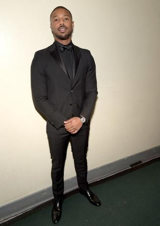 Wie kombinieren: schwarzer Anzug, schwarzes Businesshemd, schwarze Leder Oxford Schuhe, schwarze Fliege