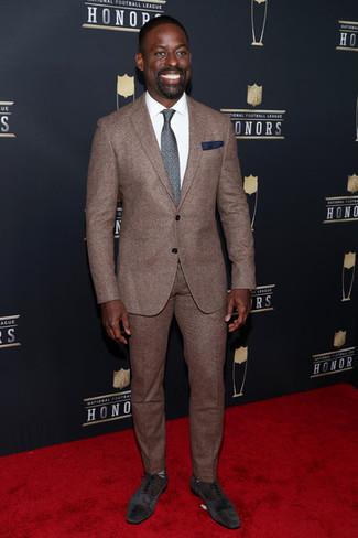 Wie kombinieren: brauner Anzug, weißes Businesshemd, dunkelbraune Wildleder Oxford Schuhe, dunkelgraue bedruckte Krawatte