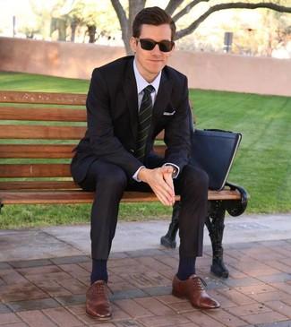 Wie kombinieren: schwarzer Anzug, hellviolettes Businesshemd, braune Leder Oxford Schuhe, schwarze Leder Clutch Handtasche