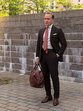 Braune Leder Reisetasche kombinieren: elegante Outfits: trends 2020: Paaren Sie einen dunkelbraunen Anzug mit einer braunen Leder Reisetasche, um einen lockeren, aber dennoch stylischen Look zu erhalten. Wählen Sie braunen Leder Oxford Schuhe, um Ihr Modebewusstsein zu zeigen.