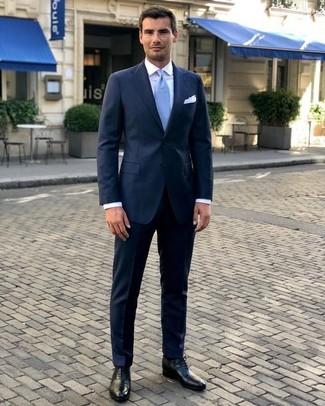 Wie kombinieren: dunkelblauer Anzug, weißes Businesshemd, schwarze Leder Oxford Schuhe, hellblaue Krawatte