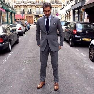 Wie kombinieren: dunkelgrauer Anzug, weißes Businesshemd, braune Leder Oxford Schuhe, schwarze Krawatte