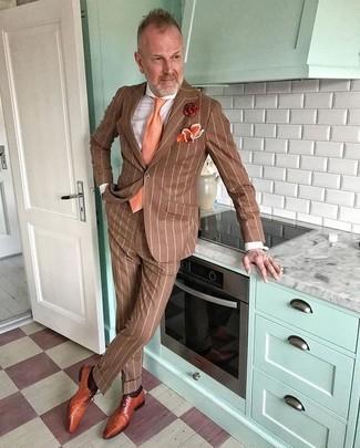 Wie kombinieren: brauner vertikal gestreifter Anzug, weißes Businesshemd, rotbraune Leder Oxford Schuhe, orange Krawatte