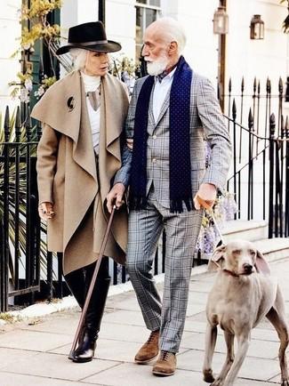 Wie kombinieren: grauer Anzug mit Karomuster, weißes Businesshemd, braune Wildleder Oxford Schuhe, weißer und roter und dunkelblauer Bandana