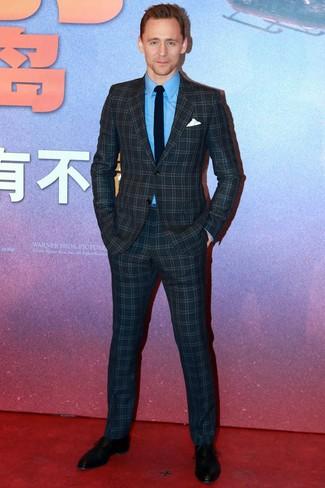 Wie kombinieren: dunkelblauer Anzug mit Karomuster, blaues Businesshemd, schwarze Leder Oxford Schuhe, schwarze Krawatte