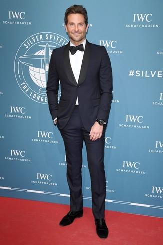 Wie kombinieren: dunkelblauer Anzug, weißes Businesshemd, schwarze Wildleder Oxford Schuhe, schwarze Fliege