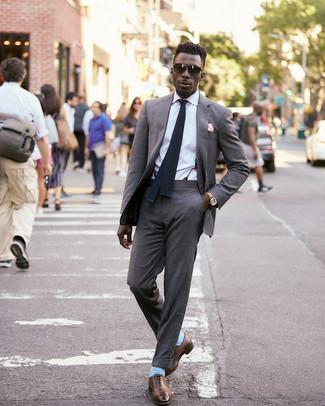 Wie kombinieren: grauer Anzug, weißes Businesshemd, braune Leder Oxford Schuhe, schwarze Strick Krawatte